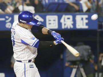 8回DeNA2死一塁、ソトが右越えにこの試合3本目の本塁打となる2ランを放つ=横浜