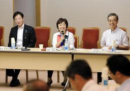 設立総会であいさつする増田明美さん(中央)=11日午後、神戸市役所(撮影・鈴木雅之)