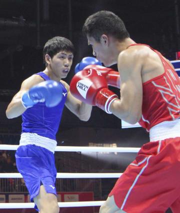 1回戦 中国選手(右)と対戦する村田昴=エカテリンブルク(共同)