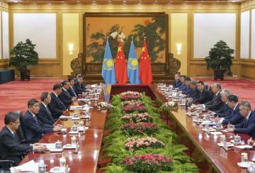 中国の習近平国家主席(左から4人目)と会談するカザフスタンのトカエフ大統領(右から4人目)=11日、北京の人民大会堂(共同)
