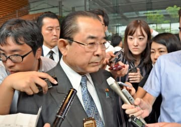 復興相に任命され、取材に応じる田中和徳氏=11日午後1時50分ごろ、首相官邸