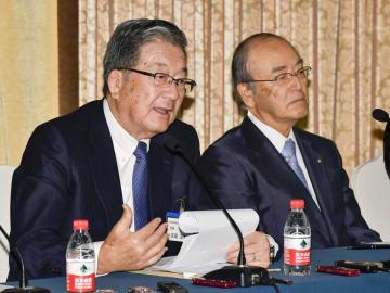 記者会見する日中経済協会の宗岡正二会長(左)と日本商工会議所の三村明夫会頭=11日、北京(共同)