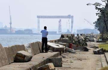 台風15号による高波で東京湾に面した横浜市金沢区の護岸が崩れ、隣接する工業団地に海水が流れ込んだ。多くの工場や事業所で機械が損壊するなどの被害が出ているが全容は分かっておらず、復旧の見通しも立っていない