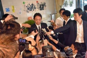報道陣の質問に答える上野氏=11日午前10時10分ごろ、東京・自民党本部