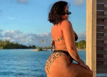 Demi Lovato shows off cellulite