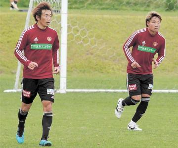 古巣の札幌戦に向け、紅白戦で一緒にプレーする兵藤(左)と中原