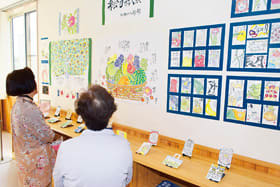 趣向を凝らした作品群が並ぶ絵手紙展