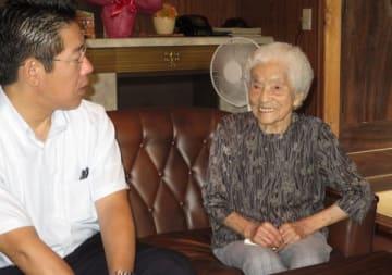 【鈴木市長から長寿のお祝いを受ける100歳の西尾さん(右)=伊勢市楠部町で】
