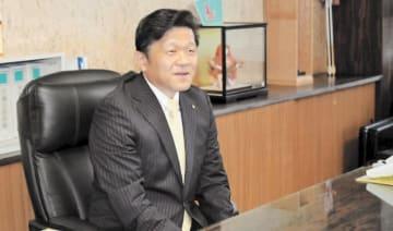 市長室に入り緊張した様子の佐藤新市長