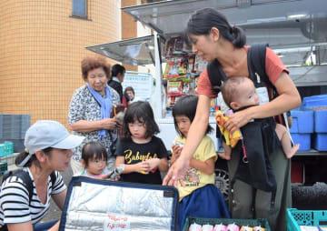食料品などを求めて移動販売に訪れた市民ら=11日午前11時55分ごろ、千葉市中央区