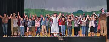 エンディングで出演した劇団員と共に合唱する洞内小の全校児童