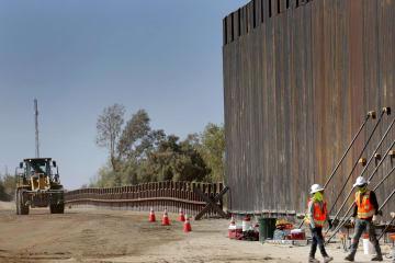 10日、米アリゾナ州ユマでメキシコとの国境の壁を建設する業者(AP=共同)