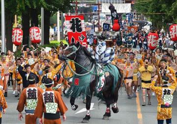 平成最後の昨年は戦後最多の70団体が参加し、勇壮な「馬追い」が繰り広げられた=2018年9月16日、熊本市中央区(高見伸)