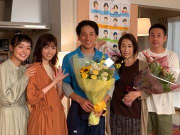 共演者に囲まれる大内田悠平(画像はオフィシャルブログより)
