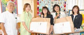 胆振の3福祉施設にデイサービスリハセンターK&Kにタオルを贈った苫小牧協会の平田会長(中央)ら