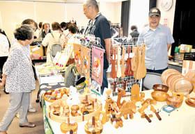 多彩な手作り品の数々を買い求める市民らでにぎわった手仕事展