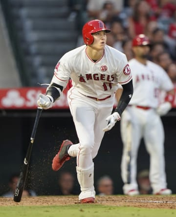インディアンス戦の5回、18号本塁打を放つエンゼルス・大谷=アナハイム(共同)