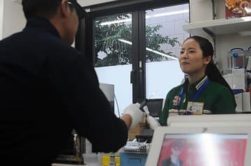 コンビニを狙った強盗に対処するための訓練。7月以降、増加傾向で県警は注意を促している =横浜市中区