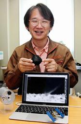 3Dプリンターで作ったりゅうぐうのミニチュアを手に実験の様子を語る荒川政彦教授=神戸市灘区六甲台町、神戸大
