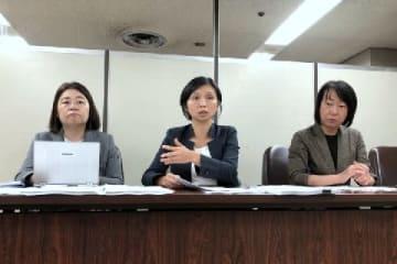 東京・霞が関の司法記者クラブで会見する代理人の鈴木雅子弁護士(中央)ら(2019年9月、弁護士ドットコムニュース撮影)