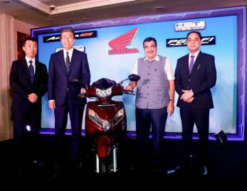 Indian Road Transport and Highways Minister Nitin Gadkari (2nd from R) joins executives of Honda Motorcycle & Scooter India Pvt. Ltd., Honda Motor Co.'s local subsidiary, at a launch ceremony for Honda's first tighter emission standards-compliant sco