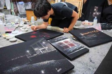 夜を照らす街灯や照明などを点描で表現した八木さんの作品