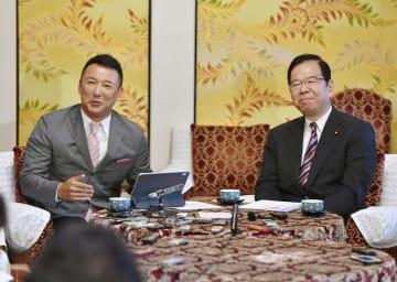 会談後、記者の質問に答えるれいわ新選組の山本代表(左)と共産党の志位委員長=12日午後、国会
