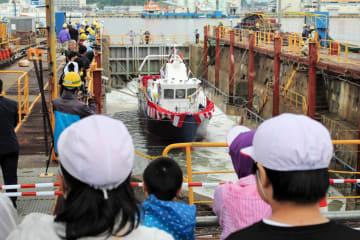 子どもたちが、新造船が水に浮く様子を見守った