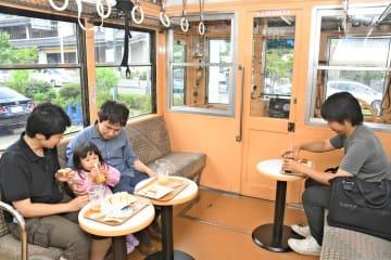 カフェの飲食スペースとして生まれ変わった車両=小田原市風祭