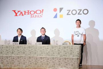 時事通信 会見で提携を発表する前澤氏(右)とヤフーの川邊健太郎社長(左)ら
