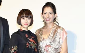 映画「楽園」の初日舞台あいさつに登場した片岡礼子さん(右)