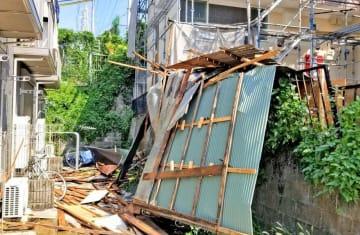 屋根などが損壊し、落下物による被害が出た現場=横浜市内(住民提供)