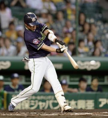 1回ヤクルト1死三塁、山田哲が左翼線に先制二塁打を放つ=甲子園