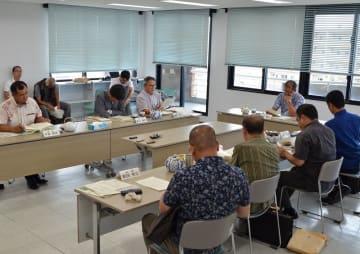 市民提訴の議案採決を見送った宮古島市議会総務財政委員会の委員ら=11日、宮古島市役所