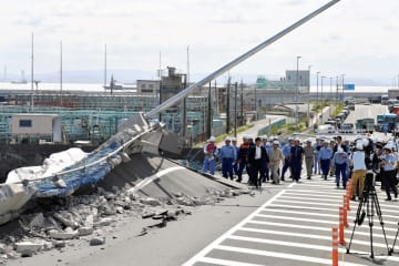 激しく損壊した「南本牧はま道路」=12日午前9時半ごろ、横浜市中区の南本牧ふ頭