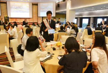 東急ホテルズの営業担当者が現地の旅行会社関係者らに施設を紹介した=11日、タイ・バンコク(NNA撮影)