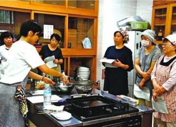 相生晩茶の葉を入れたクッキーの作り方を学ぶ参加者=那賀町木頭和無田の木頭文化会館