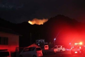 煙を上げて燃える山林(12日午後7時19分)