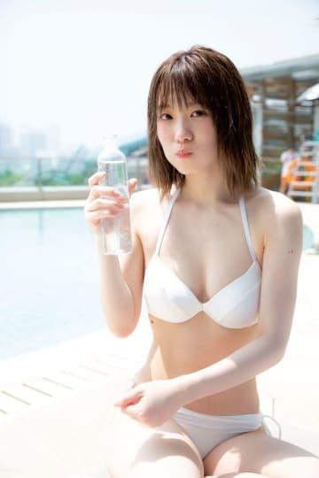 欅坂46 小池美波、1stソロ写真集よりビキニ姿解禁! 美白を強調するようなヘルシーな魅力のあるカットに