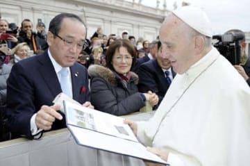 2017年11月、ローマ法王フランシスコ(手前右)に被爆地訪問を要請した広島市の松井市長(同左)=オッセルバトーレ・ロマーノ紙撮影、広島市提供