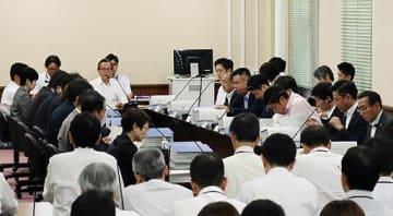 法定協議会で議論に臨む委員ら=12日、府庁