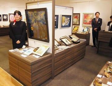 個性あふれる作品が展示即売されている「イレブンガールズアートコレクション」展。左は中村真実さん=11日、大阪市北区の阪神百貨店梅田本店