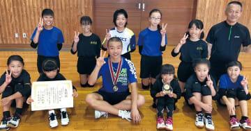 秦野北JVCメンバーと練習した諸星さん(中央)