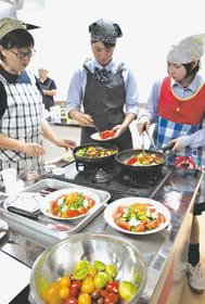 女性農業者が丹精した野菜を使って調理する生徒たち