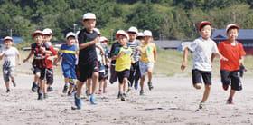 イタンキ浜を走る児童たち