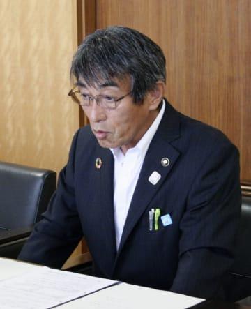 記者会見で発言する福岡県みやま市の松嶋盛人市長=13日午前、みやま市役所