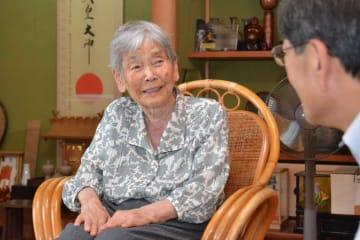 質問に笑顔で答える永井さん。右は山崎市長(綾部市栗町・永井さん宅)