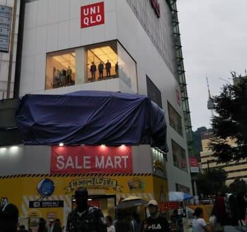 ミョンドン一等地に位置するユニクロ店舗。店外には人通りがあるのですが…。