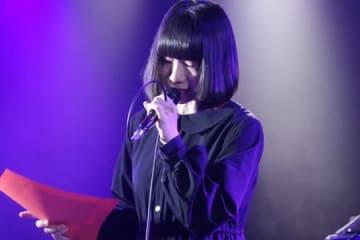 詩の朗読ライブをする成宮アイコさん