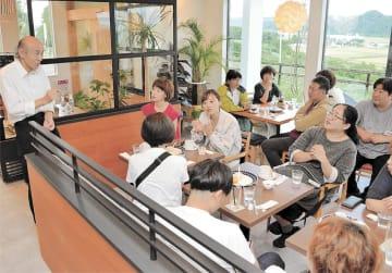 鶏卵の味を高める工夫やカフェ開業の思いを話す我妻さん(左)